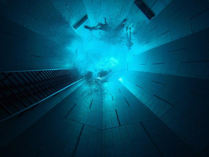 В бассейн вмещается 2,5 миллиона литров воды.С помощью солнечных панелей температура воды составляет 30 градусов. Глубина Nemo 33 составляет 33 метра.