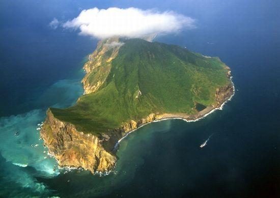 С восточной стороны острова надёжно защищены от воздействия сильных ветров, волн и течений.