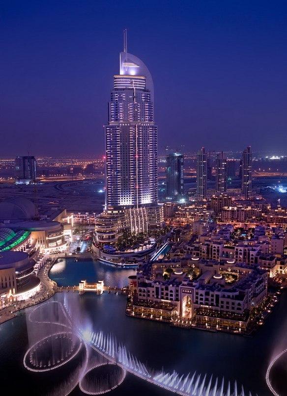 Находится он на искусственном озереБурдж-Халифа в самом центре Дубая. Площадь озера достигает 12 гектаров. Фонтан расположен в центре озера.
