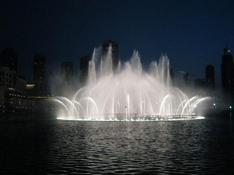 Длина фонтана составляет 275 метров, а высота столба воды 73 метра. 6600 огней и 25 прожекторов подсвечивают фонтан.