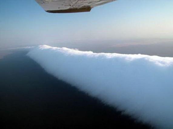 По наблюдениям местных, явление возникает чаще всего при повышенной влажности воздуха в сочетании с сильными бризами с моря.