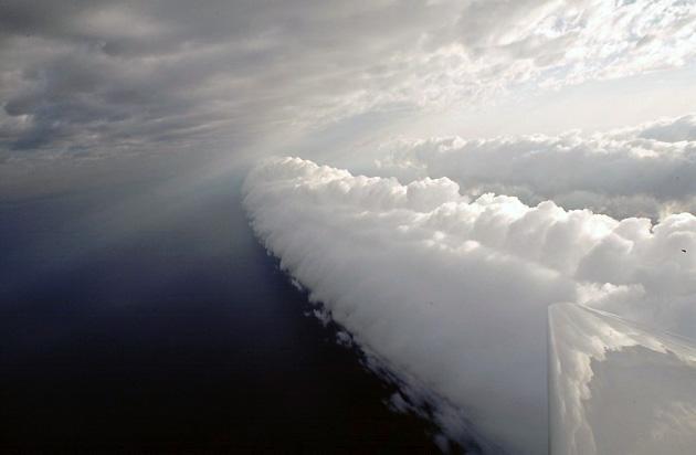 Явление представляет собой удивительные облака — грозовой воротник, который по длине может быть тысячу километров, а по высоте — до двух километров.