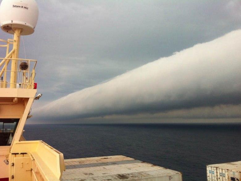 Главной причиной возникновения этого явления является наверное всё-таки ротация воздушных масс, связанных с морским бризом, который гуляет по заливу и полуострову.
