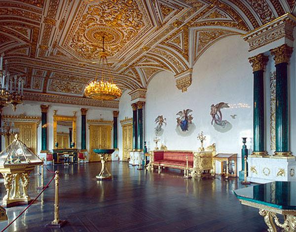 Эрмитаж по числу коллекций сравнивают с парижским Лувром и версальским дворцом.