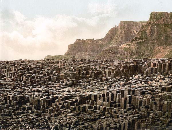 Практически все колонны шестиугольной формы и высота некоторых доходит до 12 метров.
