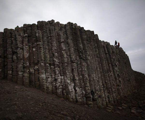 Верхушки колонн, которые начинаются у подножия скалы и уходящие под море, образуют форму трамплина.