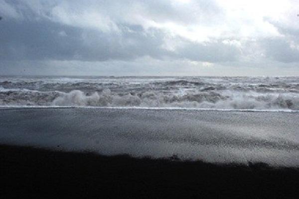 Песок на пляже имеет чёрный цвет, скорее всего, от вулканической активности, которая была здесь ранее.