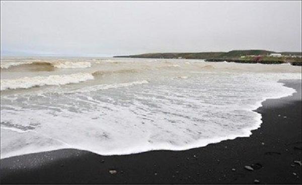 Когда вулканы извергались, раскалённая лава попадала в океан, остывала, а со временем крупные монолитные куски застывшей лавы распадались.