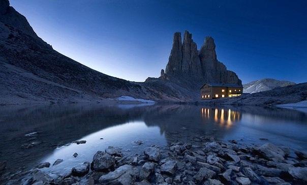 Площадь горного массива занимает 15,9 км². При этом она включает 18 пиков, высота которых составляет более 3 тысяч метров.