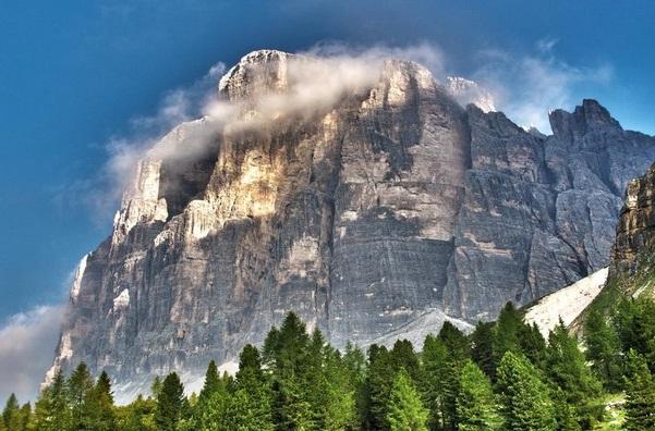 Эрозия в процессе становления этих гор, создала ландшафты с голыми утёсами и вертикальными обрывами, также узкими и длинными долинами.