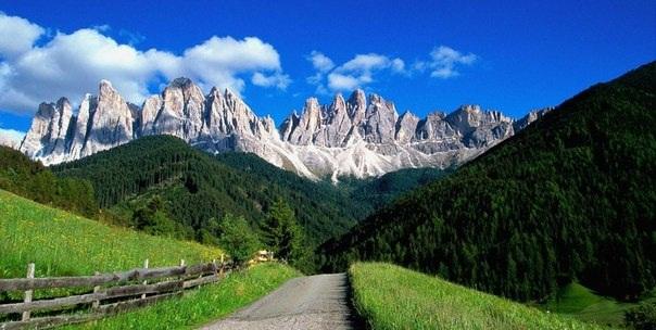 Эти долины включают в себя ледниковые и карстовые формы рельефа. Здесь часто случаются оползни, сходы лавин и наводнения.