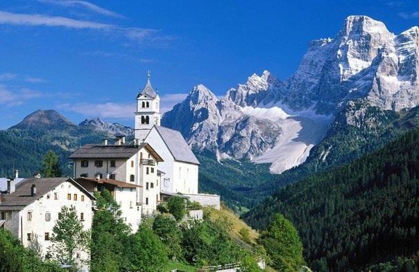 В Доломитовых Альпах располагается национальный парк, который называется Доломити-Беллунези. Здесь имеются также несколько природных парков.