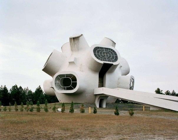 После того, как Югославия распалась, эти монументальные творения оказались забытыми и утратили своё символическое значение.