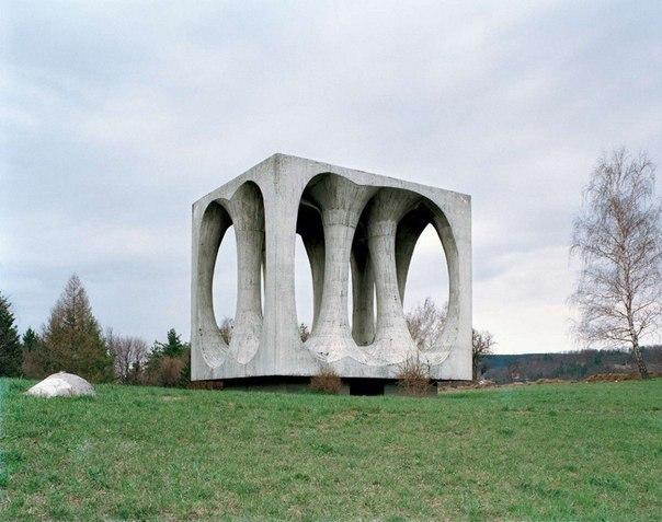 Фотограф из Бельгии, которого зовут Ян Кемпенаэрс, отправился на поиски этих заброшенных монументов.