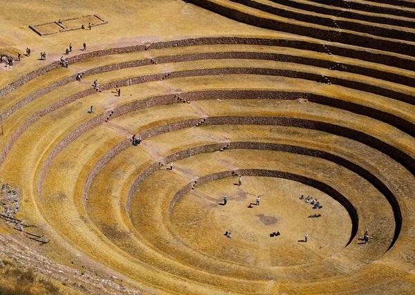 На этом плато представлены необычные руины инков, которые в основном состоят из нескольких огромных круговых террас
