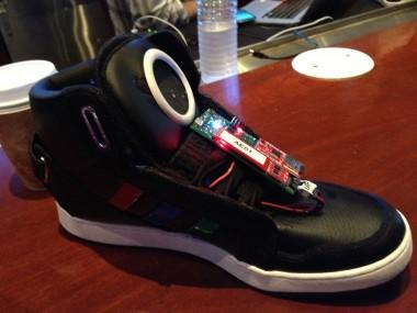 Встроенный модуль Bluetooth (блютус) позволяет этой обуви связаться со смартфоном