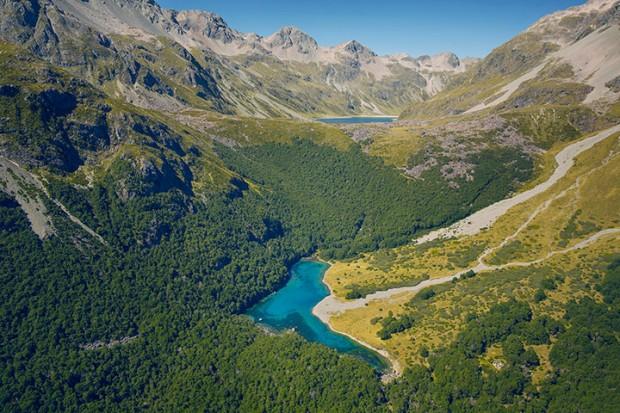 Вода в этот чистейший водоём поступает из другого озера, которое расположено ещё выше него.