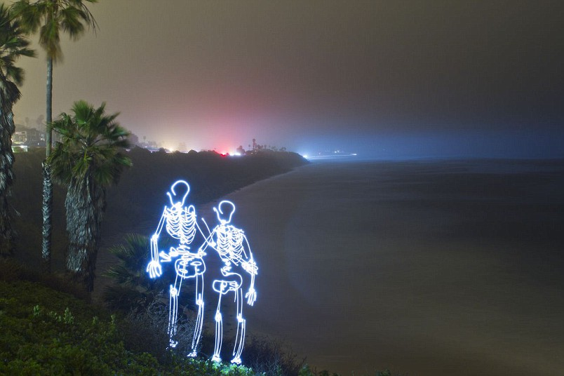 Парочка скелетов возле пляжа