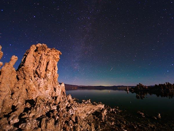 отография Млечного пути, который сияет над горным хребтом Сьерра-Невада, расположенным в Калифорнии.