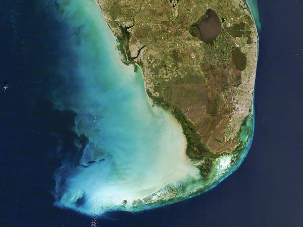 А эта фотография, показывающая изменения цвета воды в районе Национального парка Эверглейдс, штат Флорида, США.
