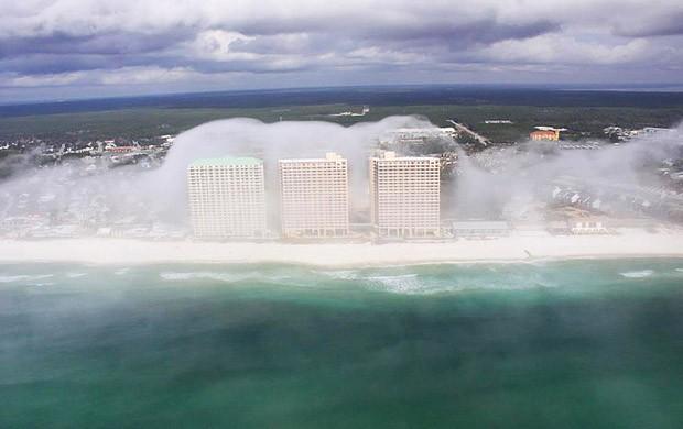 В штате Флорида, что относится к Соединённым Штатам Америки, во время вертолётной прогулки, Джеару Хоттею удалось сделать фотографии уникального природного явления.