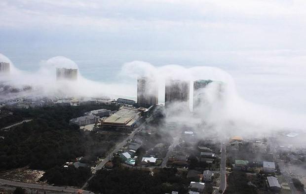 Это явление создало впечатление того, что цунами, состоящее из водяных облачков, полностью накрыло красивейшее побережье Панама-Сити.
