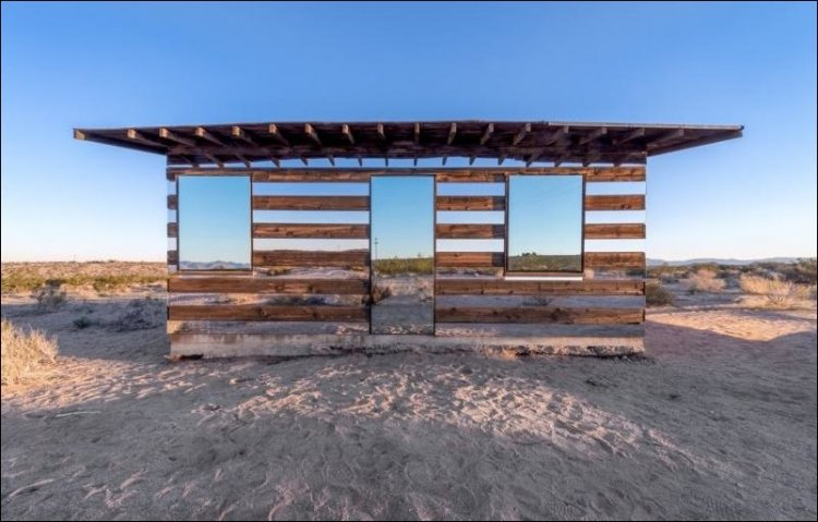Дом-невидимка, расположенный в пустыне