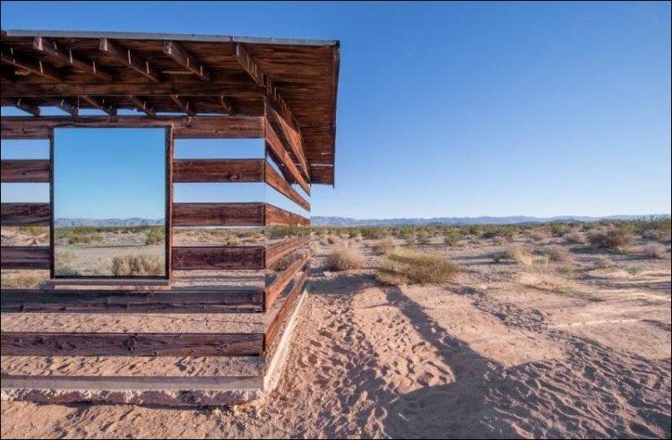 Дом, которому больше семидесяти лет, Смит обшил снаружи зеркалами.