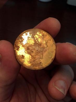 Золотая монета, найденная семейной парой в США