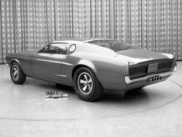 убленные линии крыши автомобиля и передняя часть автомобиля, которая добавляет агрессивности концепту — всё это удивительным образом сочетается вФорд Mustang Mach.