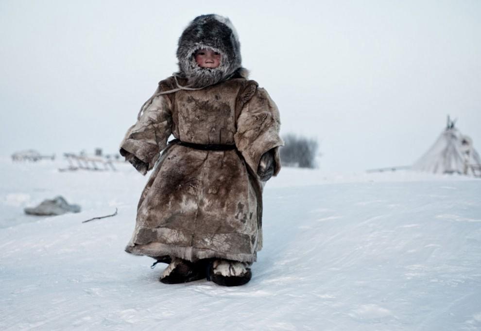 Фотография мальчика, который играет на улице, хотя стоит мороз в 30 градусов.
