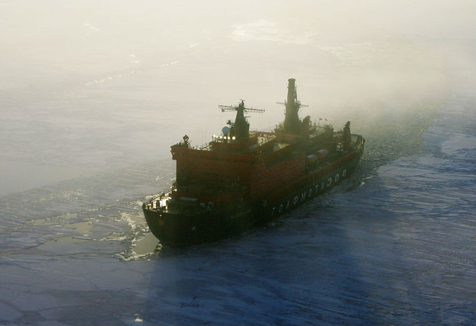 Современный корабль из нового поколения ледоколов