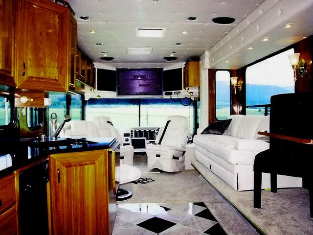 Амфибия-автобус уже побил всеосновные морские и RV-шоу в этом году, какпервый подобный аппарат.
