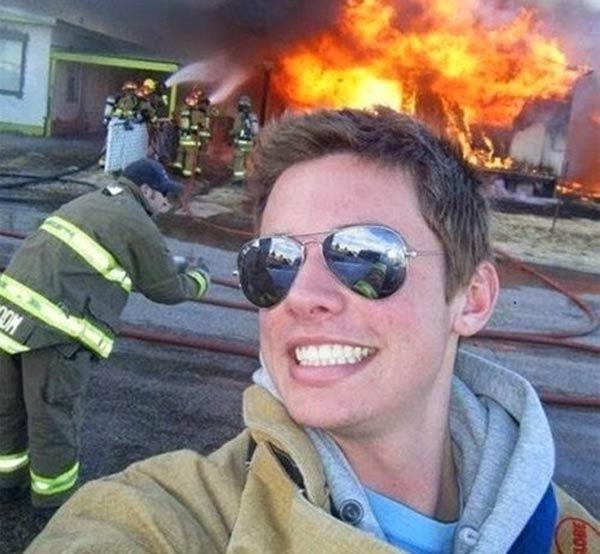 Какой-то чудак сфотографировался на фоне пожара