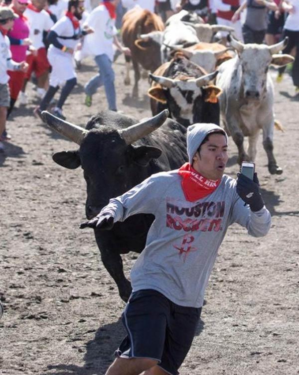 Парень сфоткался при беге от разъярённых быков