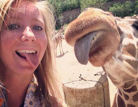Фотография девушки с жирафом