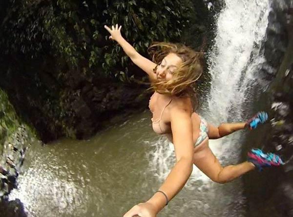 Селфи девушки во время прыжка с водопада