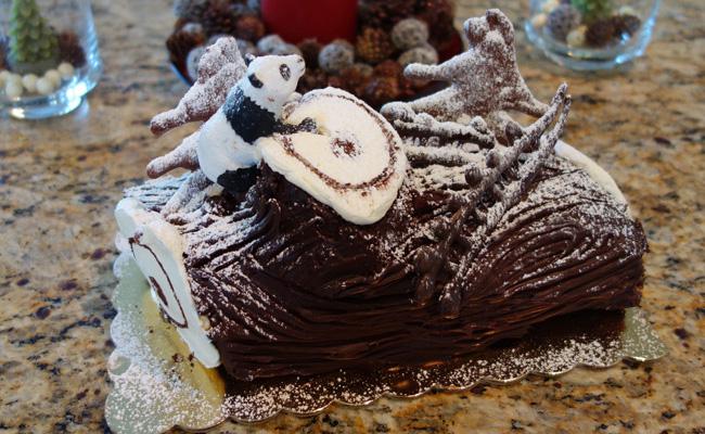 Рождественский торт во Франции – это по сути своей шоколадный рулет в виде полена.