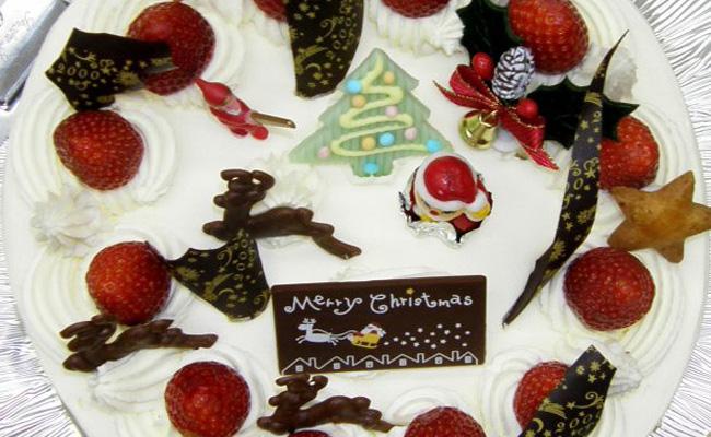 Японский рождественский пирог – это бисквитный торт со взбитыми сливками и клубникой, увенчанный шоколадным Дедом Морозом.