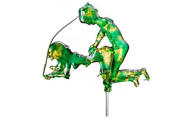 Каждый леденец — это сладкая иллюстрация всем знакомых поз и известных телодвижений.