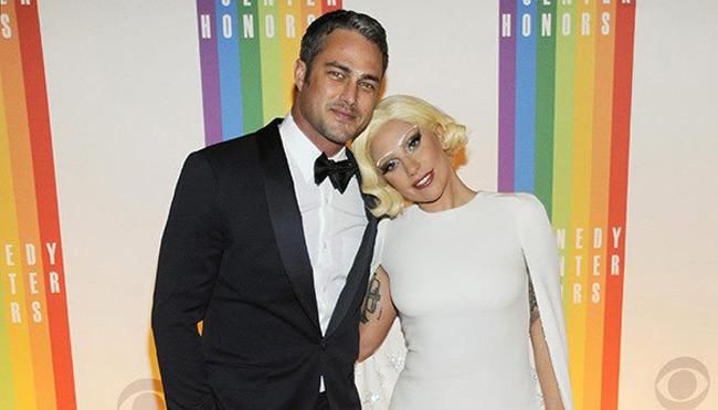 Леди Гага обручена с актером Тейлором Кинни
