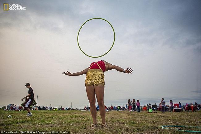 Фотограф Калла Кесслер пишет: «Андреа репетирует со своим обручем – рутина перед выступлением на фестивале