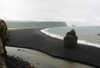 Пляж с чёрным песком