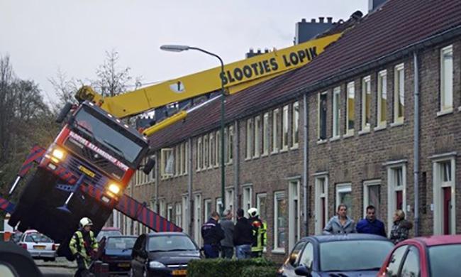 Властям предстоит решить вопрос о сносе дома, после того как уберут кран.