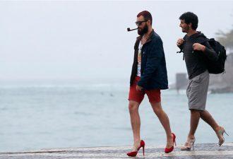 Мужчин научат красиво ходить на каблуках