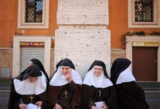 После жалоб на боли в животе монашка, к удивлению многих, ...родила