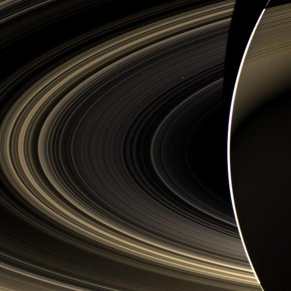 Кольца Сатурна и едва заметные через них Венера.