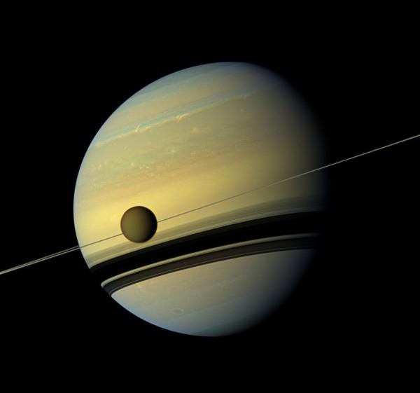 Титан медленно плавает по орбите Сатурна.