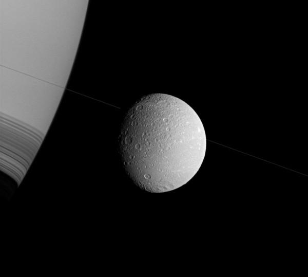 Сатурн, тонкие, увиденные почти на крае, кольца планеты.