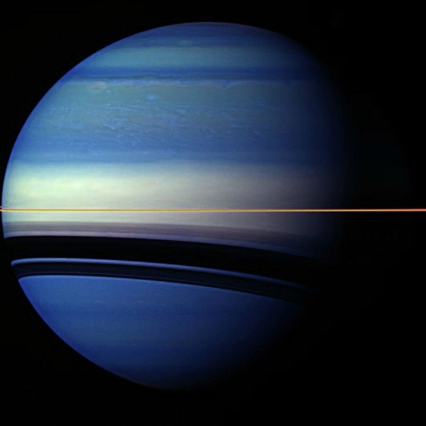 Сатурн окрашен в необычные цвета.